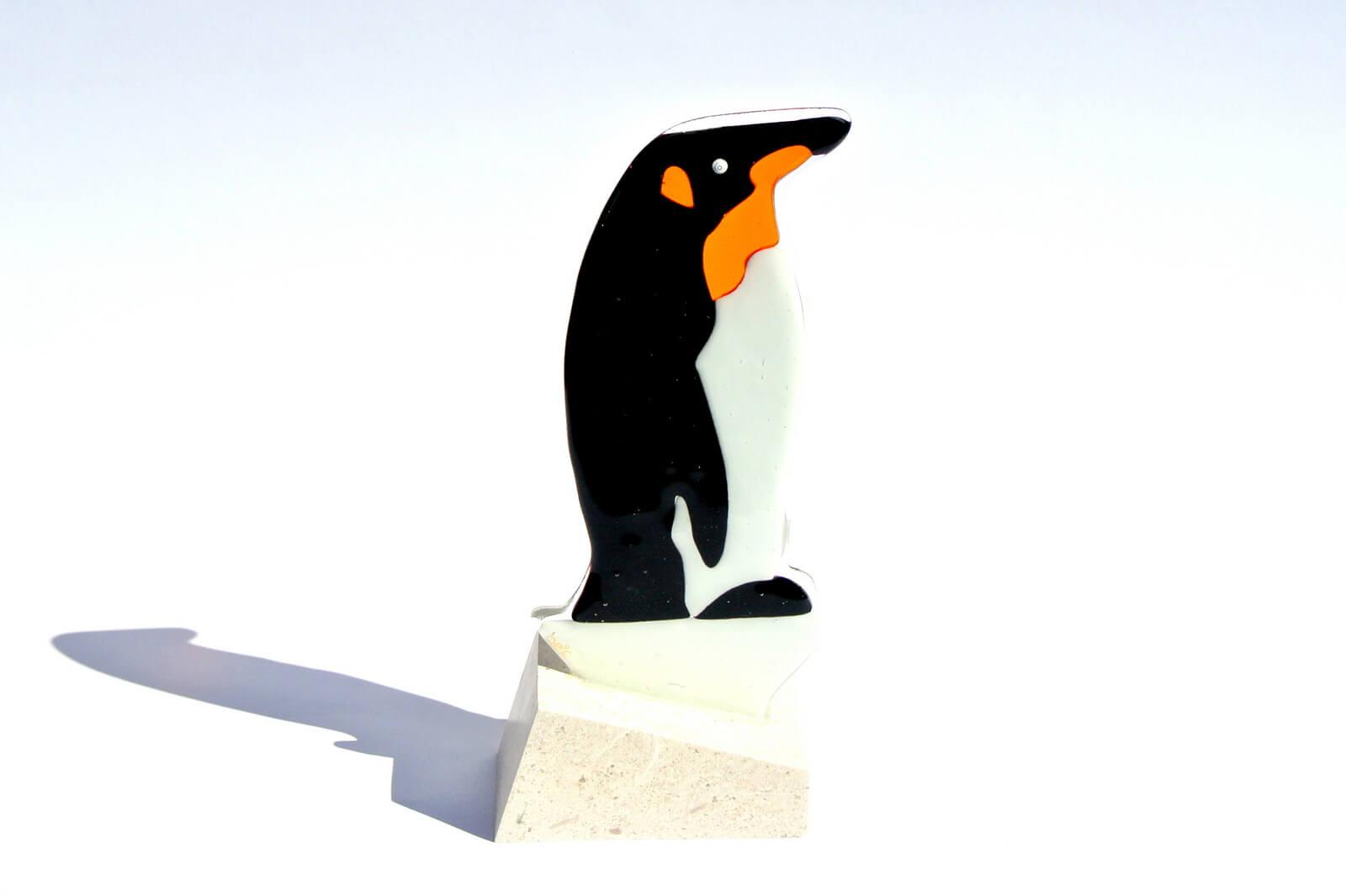 Skulptra pingvina izrađena od stakla